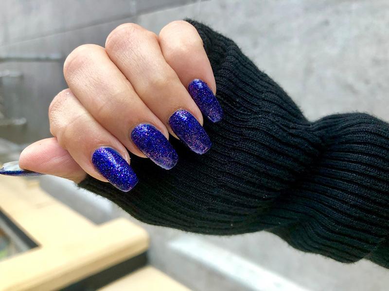Niebieskie błyszczące paznokcie hybrydowe