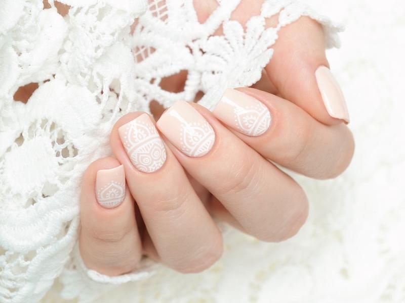 Ślubny manicure z lakierami hybrydowymi Evo Nails