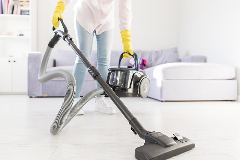 Czy warto korzystać z usług firm sprzątających w domu