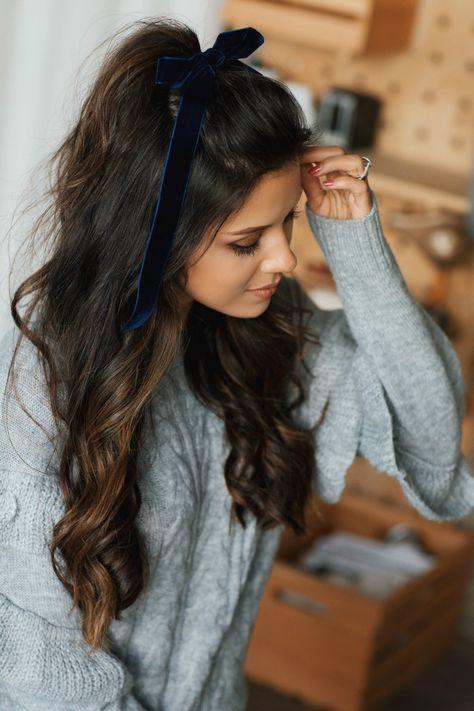 Ciemne długie włosy z kokardą