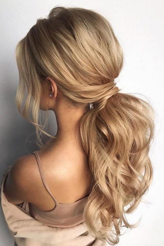 Długie jasne włosy z kitką