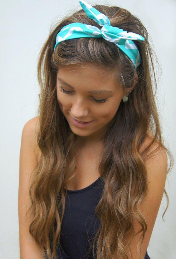Długie włosy z opaską