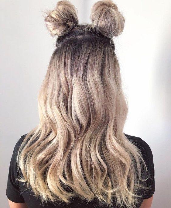 Blond włosy z kokami
