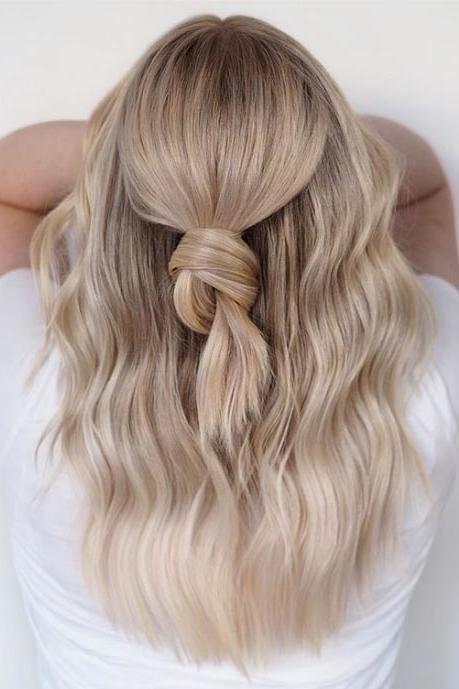 Fryzura dla blondynki z warkoczem