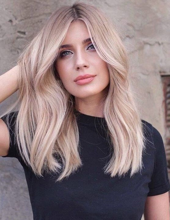 Fryzura z rozpuszczonymi blond włosami
