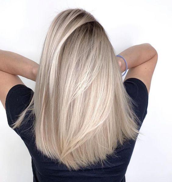 Inspiracja na proste blond włosy