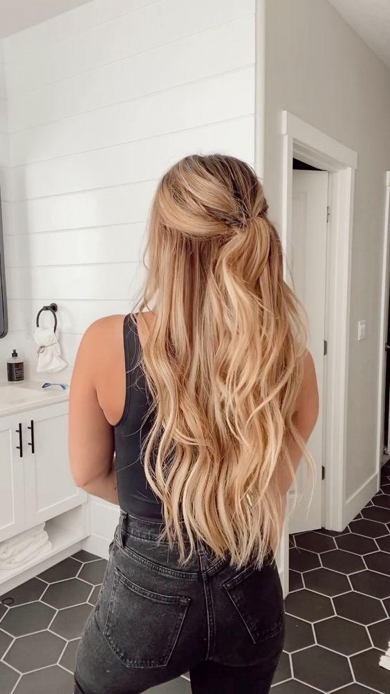 Inspiracje na blond włosy z warkoczem